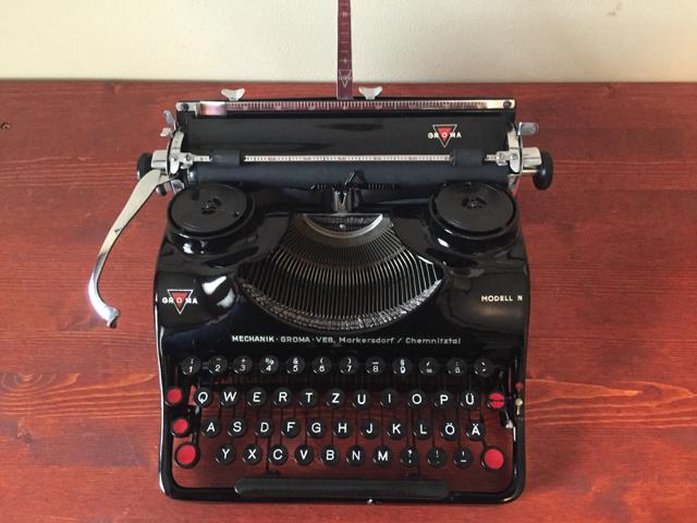 typewriter with wooden case Groma Type N